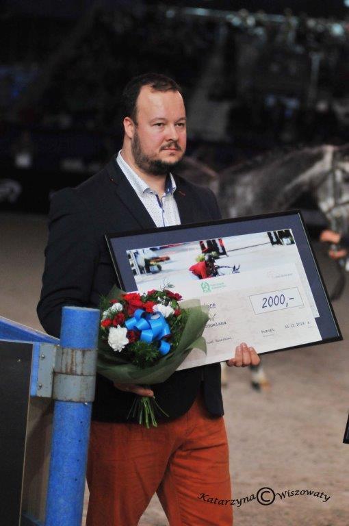 Hubert Szurik, odbiera nagrodę dla hodowcy Ambasadora Polskiej Hodowli, MJT Nevadosa S, wimieniu swojego zmarłego ojca Stanisława Szurika