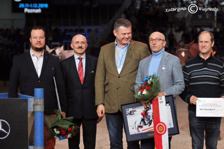 Nagrody odebrali pan Rafał Jerzy, właściciel konia orazpan Hubert Szurik, syn nieodżałowanej pamięci Stanisława Szurika, wktóregohodowli wLiszkowie, wwojewództwie kujawsko-pomorskim przyszedł naświat Nevados